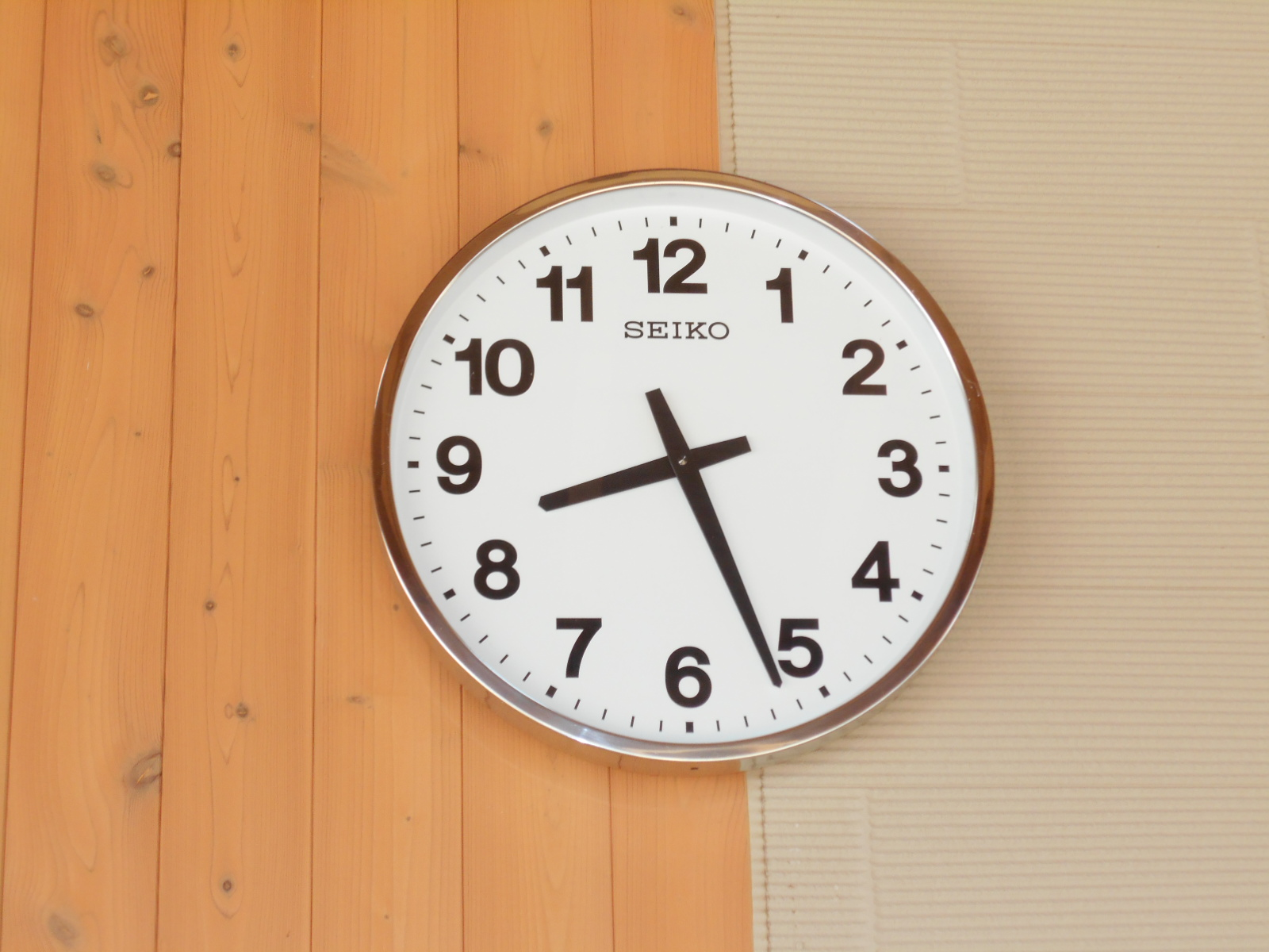 Photo ④ Outside clock